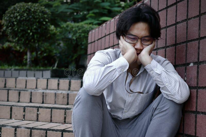 Gefrustreerd beklemtoond jong Aziatisch bedrijfs teleurgesteld mensengevoel Werkloos zakenmanconcept stock afbeeldingen