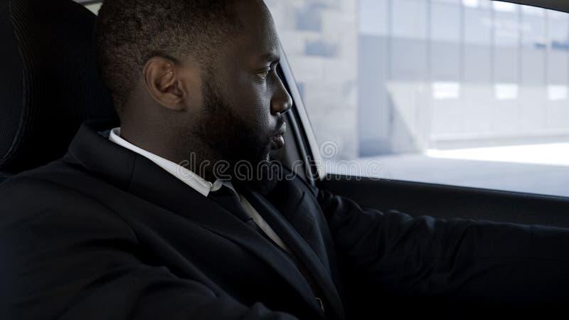 Gefrustreerd en teleurgesteld met problemen de mensenzitting in auto te doen wat verwarde stock afbeeldingen