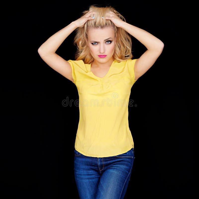 Gefrustreerde boze jonge blonde vrouw royalty-vrije stock afbeelding