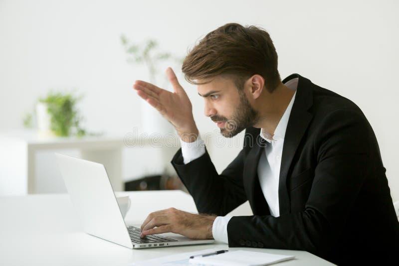 Gefrustreerde die zakenman door slecht online nieuws wordt teleurgesteld stock foto's