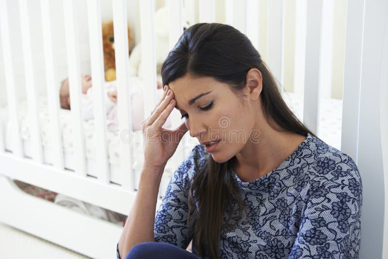 Gefrustreerde Moeder die aan Postnatal depression lijden stock afbeelding