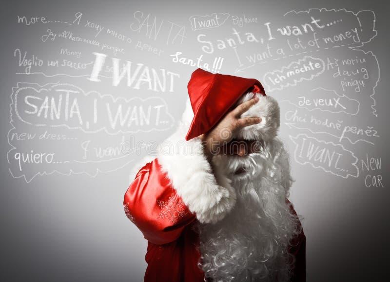 Gefrustreerde Santa Claus en vele wensen stock foto's
