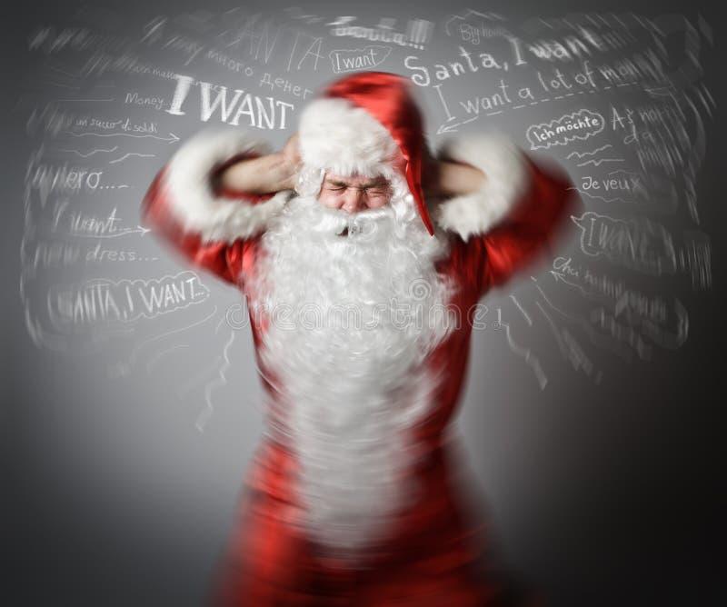 Gefrustreerde Santa Claus en vele wensen Het concept van de hoofdpijn stock afbeelding