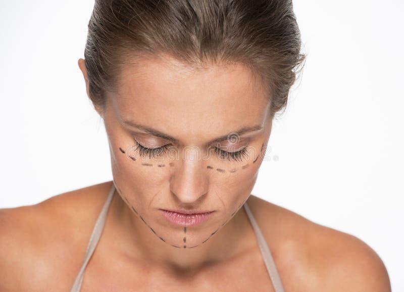 Gefrustreerde vrouw met plastische chirurgietekens op gezicht stock afbeelding