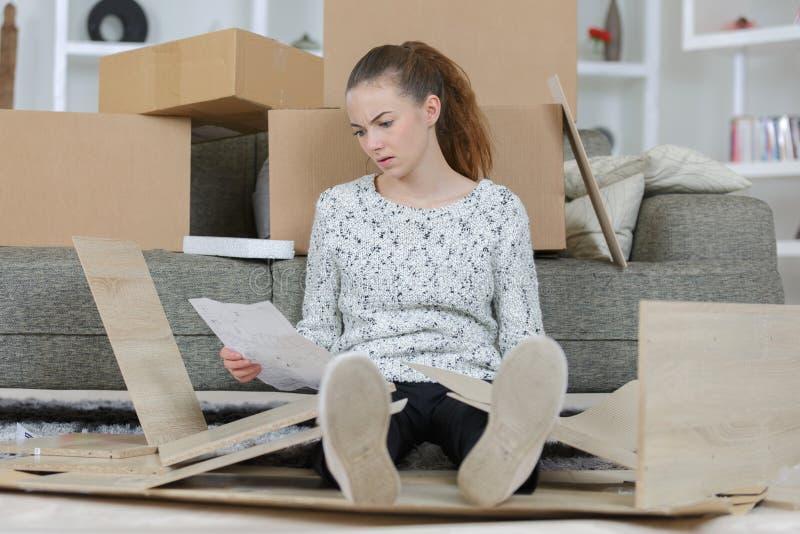 Gefrustreerde Vrouw met Zelfassemblagemeubilair in Keuken royalty-vrije stock afbeeldingen