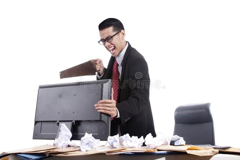 Gefrustreerde zakenman die zijn computer zaagt royalty-vrije stock afbeeldingen