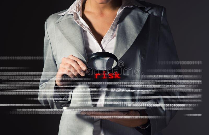 Gefundene Risiken der Geschäftsfrau in der Informationssicherheit stockbild