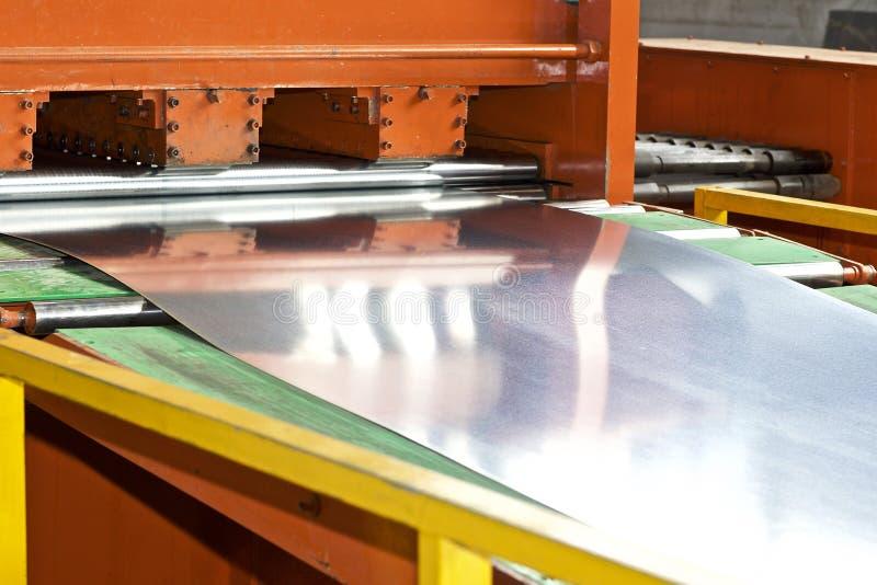 Gegalvaniseerd blad in de machine voor verdere verwerking stock afbeelding