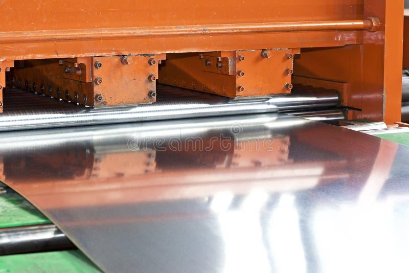 Gegalvaniseerd blad in de machine voor verdere verwerking stock afbeeldingen