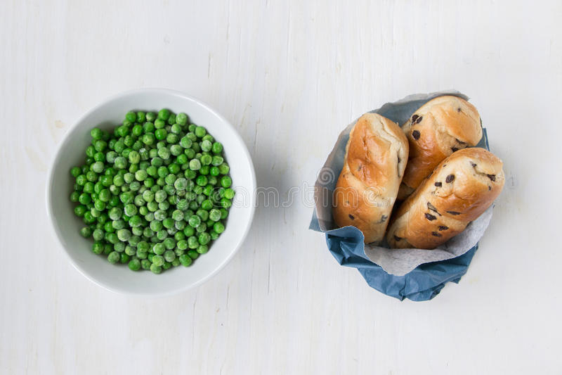 Gegenüberliegend: ungesund gegen gesundes Lebensmittel stockfotografie