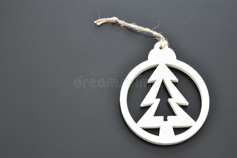 Gegenstände für weißen Hintergrund der Weihnachtsbaum-Dekorationen schwärzen lizenzfreie stockfotografie