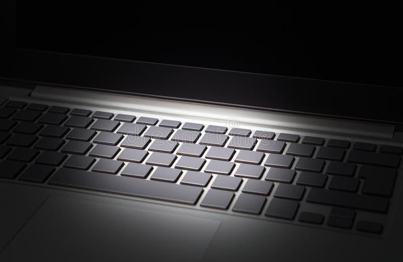 Gegevens en cyber veiligheidsbedreigingsconcept Online financiële criminaliteit, identiteitsdiefstal en Internet-zwendel stock afbeelding