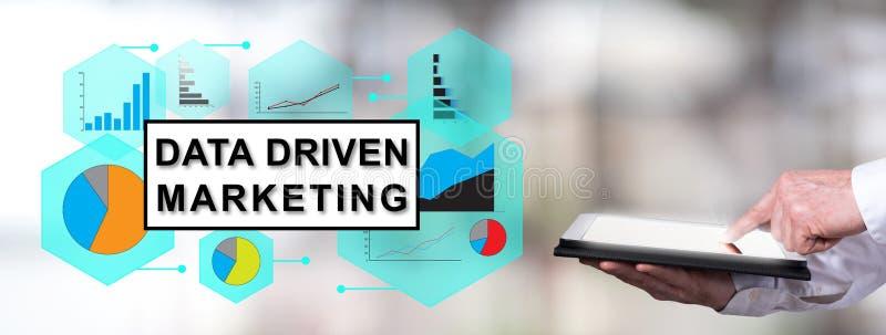 Gegevens gedreven marketing concept met de mens die een tablet gebruiken stock afbeeldingen