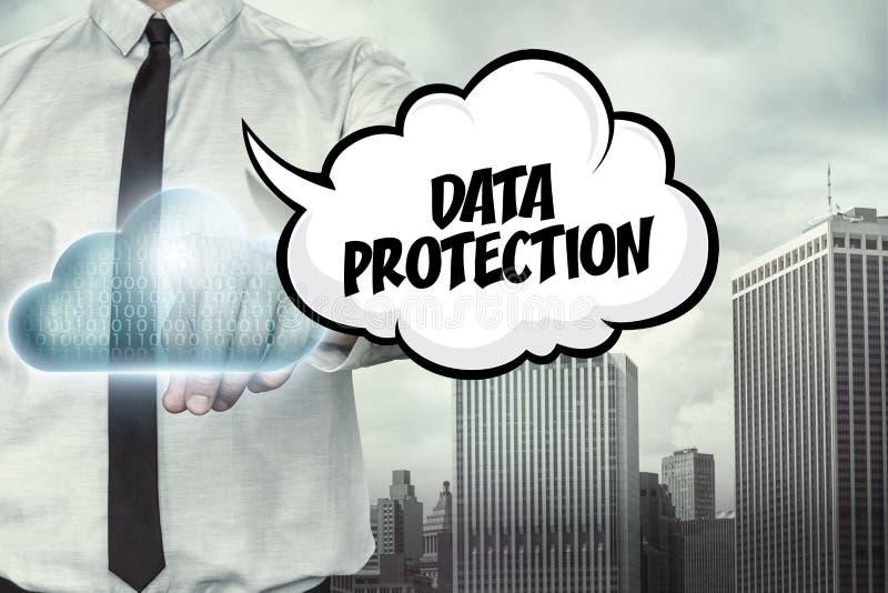 Gegevensbeschermingtekst op wolk gegevensverwerkingsthema met royalty-vrije illustratie