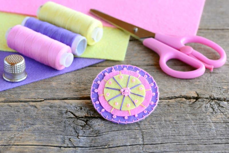 Geglaubte runde Blume verziert mit Perlen Handgemachte nette Runde glaubte Blume, Scheren, Thread, farbige Filzblätter, Muffe stockfotos