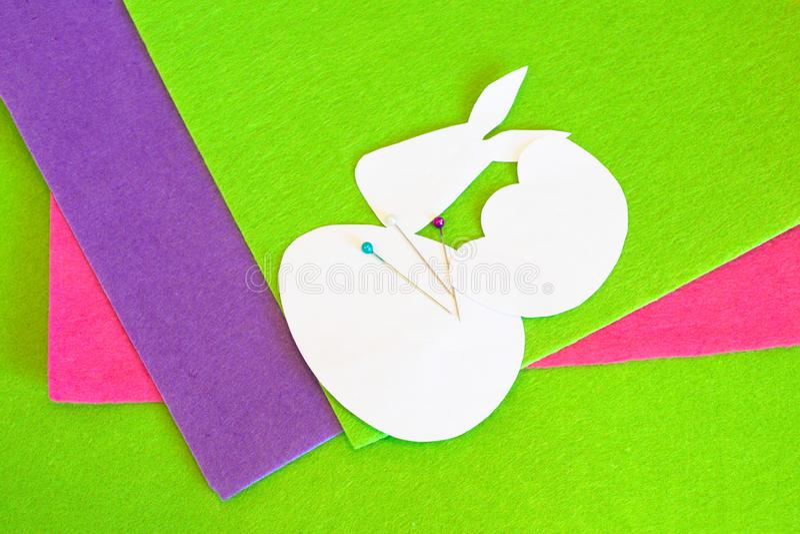 Geglaubtes Osterei und Häschenverzierung Wie man handgemachte Ostern-Verzierung macht Nähendes Handwerkskonzept Kinder-Ostern-Näh lizenzfreie stockfotografie