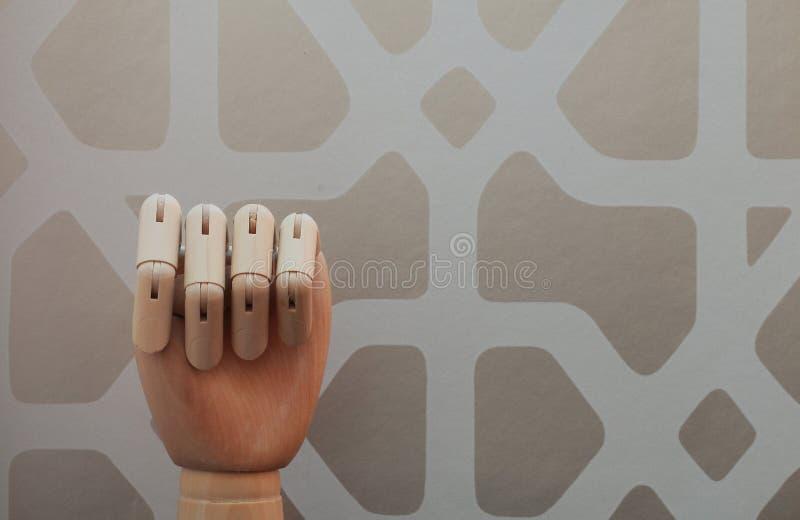 Gegliederte hölzerne Hand ohne angehobenen Finger in Anspielung auf Nr. null stockfoto