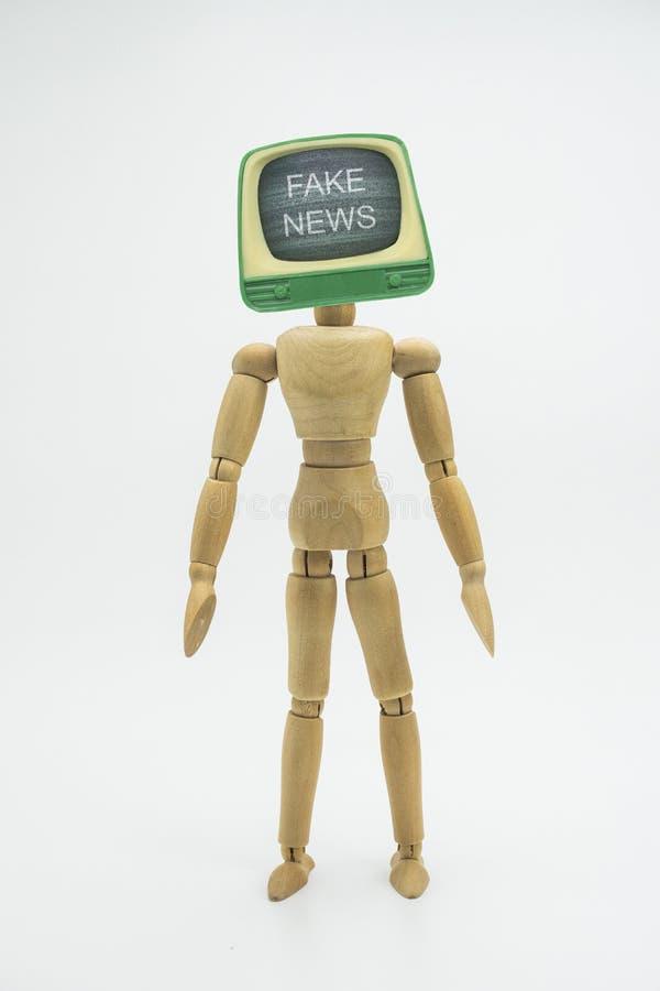 Gegliederte Puppe mit Fernsehkopf erscheint gefälschte Nachrichten, Isolat lizenzfreies stockfoto