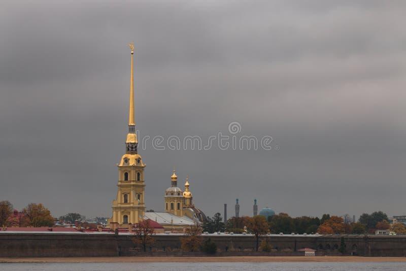 Geglittene Kuppel von Peter- und Paul Cathedral-agains grauer schwermütiger Himmel stockbild