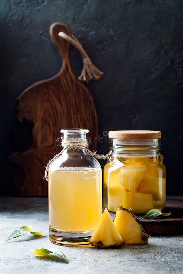 Gegorene mexikanische Ananas Tepache Selbst gemachter roher kombucha Tee mit Ananas Gesundes natürliches probiotic gewürztes Getr stockfotos