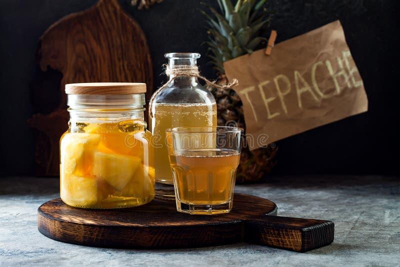Gegorene mexikanische Ananas Tepache Selbst gemachter roher kombucha Tee mit Ananas Gesundes natürliches probiotic gewürztes Getr stockfotografie