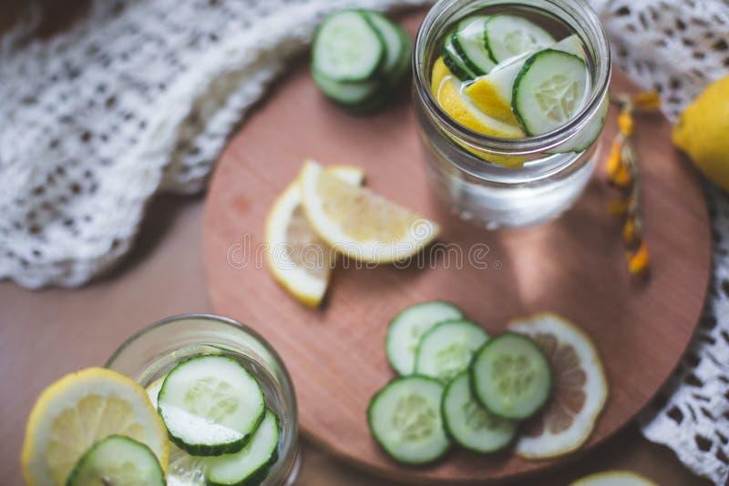 Gegoten citroen en komkommerwater stock foto