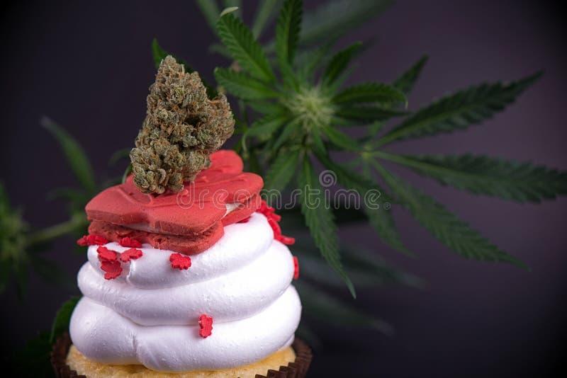 Gegoten cupcake met cannabis nug, bloemen en vlag om te vieren royalty-vrije stock foto