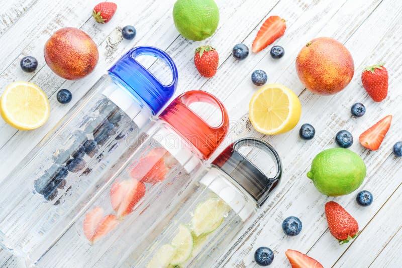 Gegoten detox water in flessen royalty-vrije stock foto