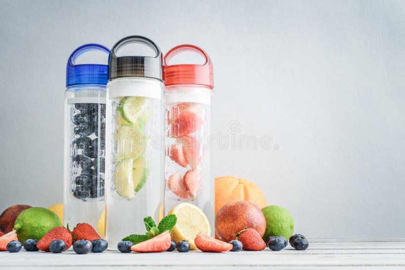 Gegoten detox water in flessen royalty-vrije stock afbeelding