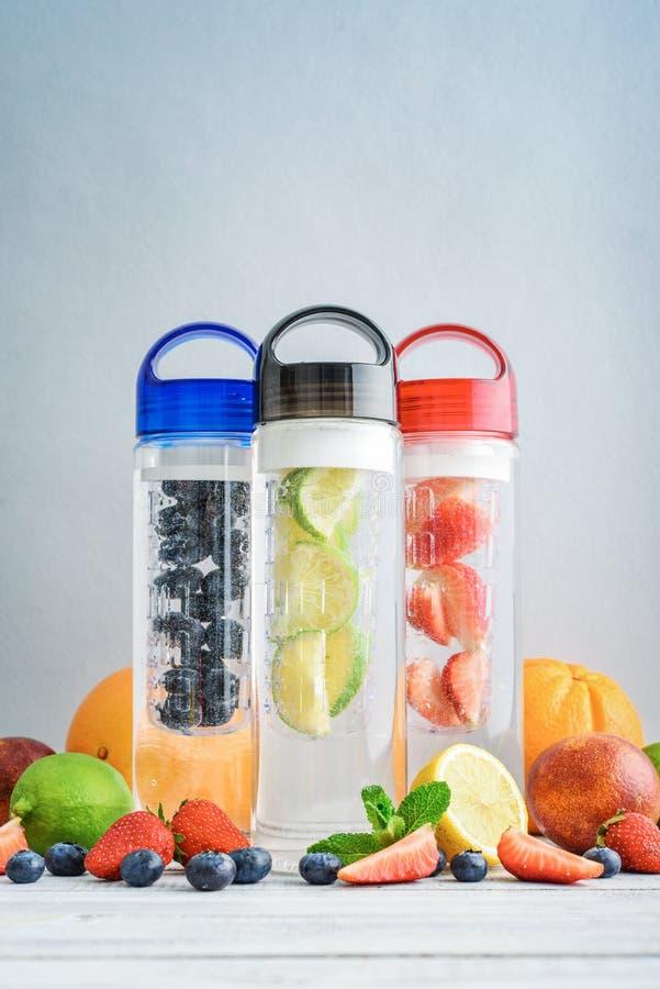 Gegoten detox water in flessen stock fotografie