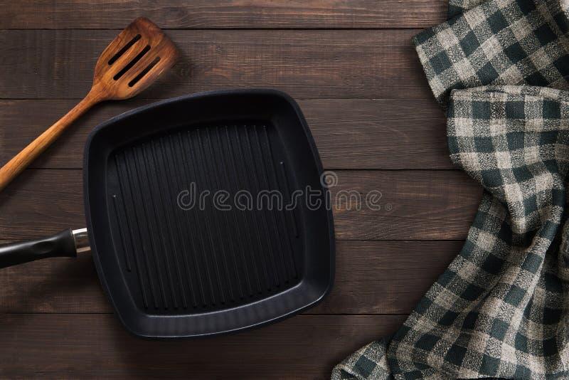Gegoten roosterpan en turnhout op houten achtergrond Bovenaanzicht, kopieerruimte stock foto