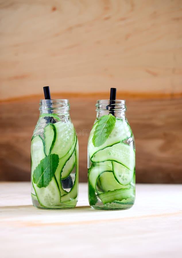 Gegoten water in flessen stock fotografie
