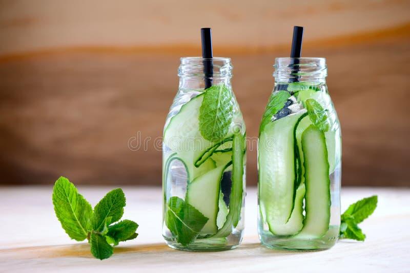 Gegoten water in flessen royalty-vrije stock foto