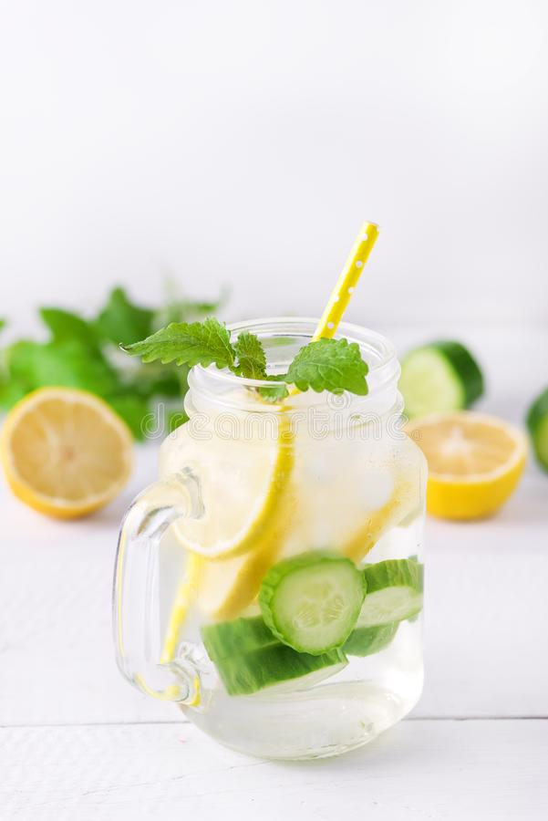 Gegoten Water met Citroenkomkommer en Munt op het Houten Water Verticale Lemonad Achtergrond van Detox royalty-vrije stock afbeeldingen