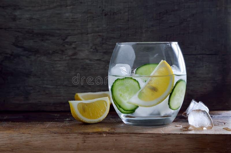 Gegoten water met ijs royalty-vrije stock afbeelding