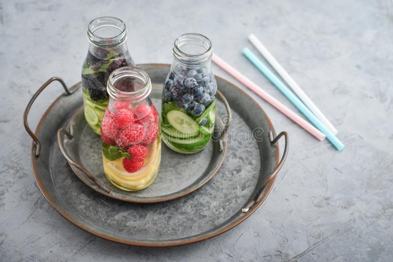 Gegoten water met verse vruchten stock foto