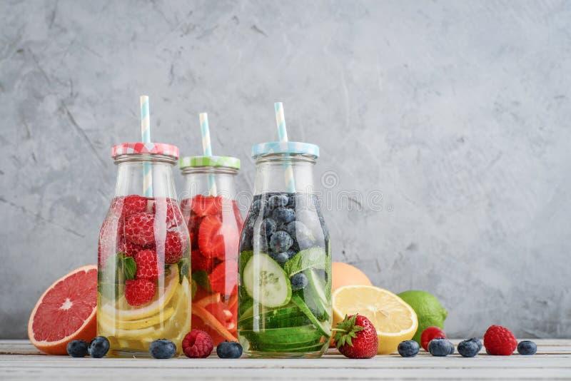 Gegoten water met verse vruchten stock afbeelding