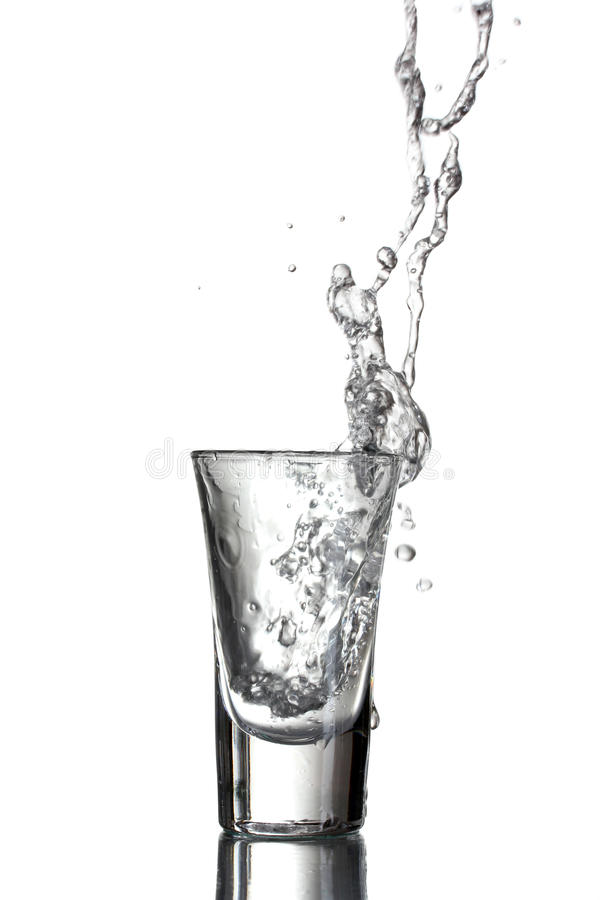 Gegoten wodka stock afbeelding