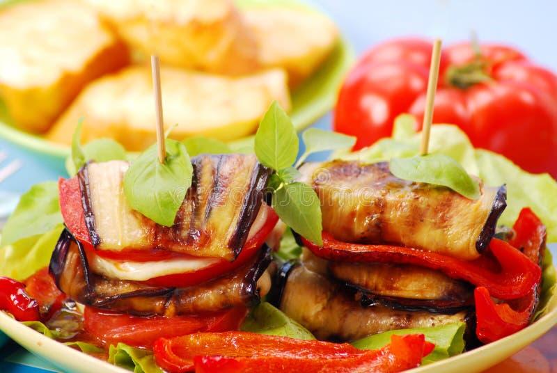 Gegrillte Aubergine mit Käse, Paprika und Tomate stockfoto