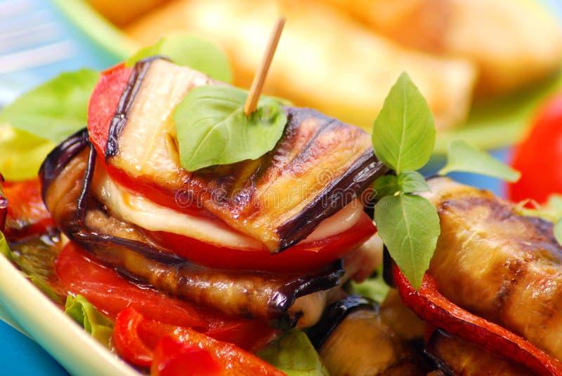 Gegrillte Aubergine mit Käse, Paprika und Tomate lizenzfreies stockbild