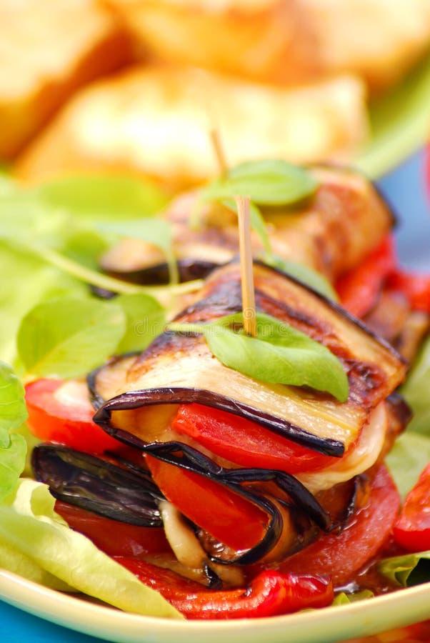 Gegrillte Aubergine mit Käse, Paprika und Tomate stockfotografie