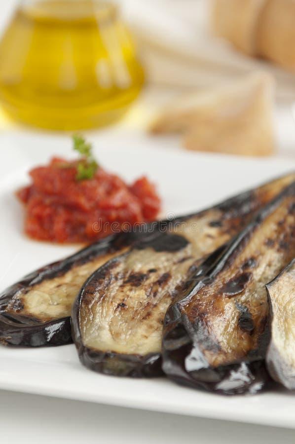 Gegrillte Aubergine mit Tomatensauce lizenzfreie stockfotos