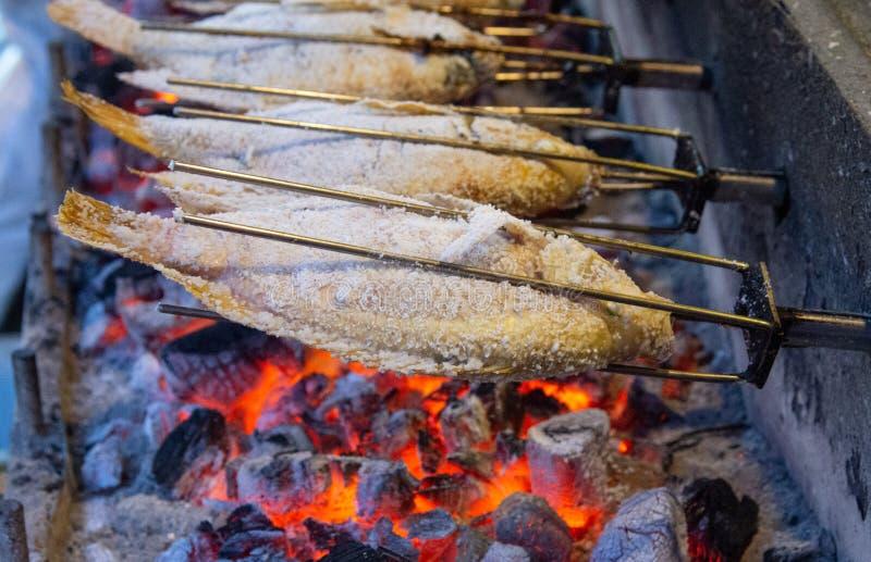Gegrillte Fische mit Flammen lizenzfreie stockfotografie