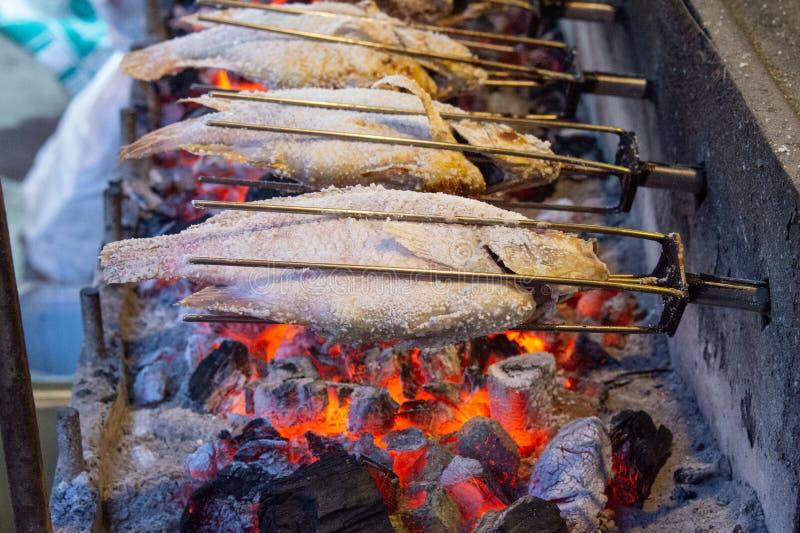 Gegrillte Fische mit Flammen lizenzfreies stockbild