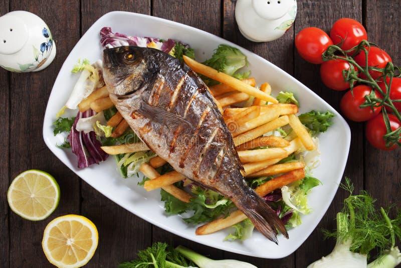 Gegrillte Fische mit Pommes-Frites lizenzfreies stockfoto
