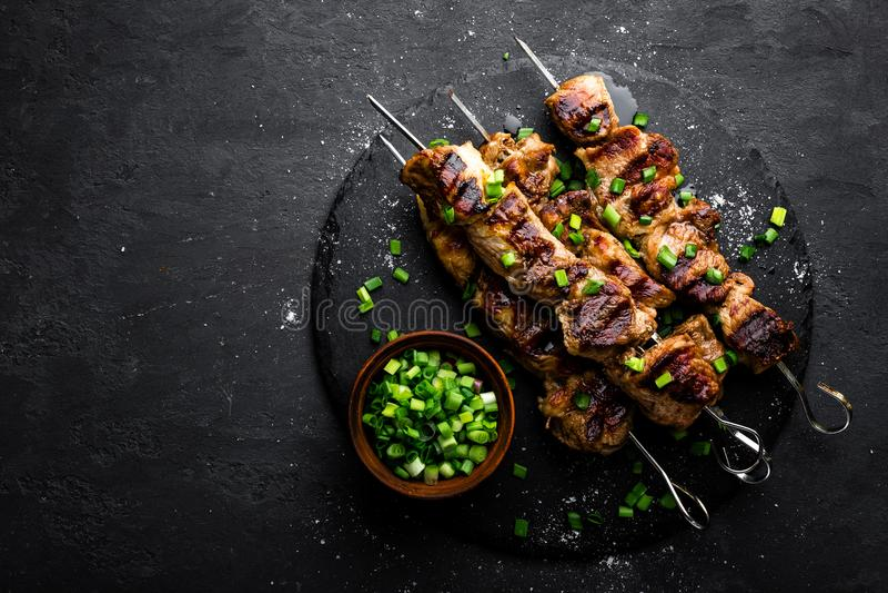 Gegrillte Fleischaufsteckspindeln, Kebab auf schwarzem Hintergrund, Draufsicht lizenzfreie stockfotos