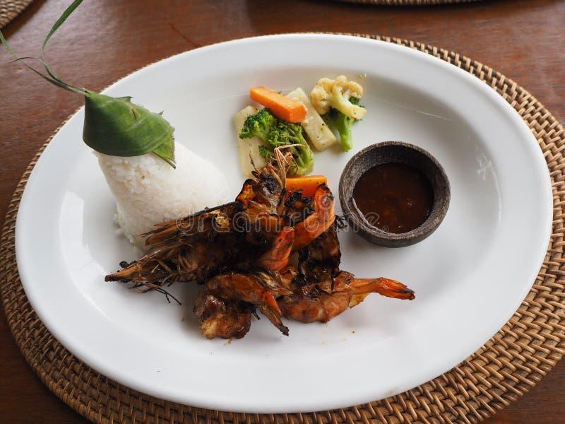 Gegrillte Garnele mit Reis und Quelle lizenzfreies stockbild