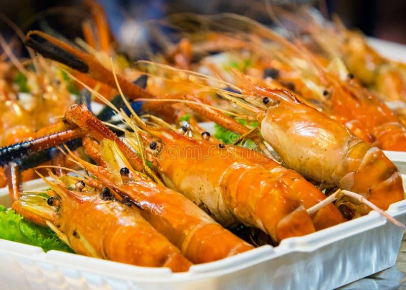 Gegrillte Garnele und Brand mit Meeresfrüchtesoßen, gegrillte Garnelen auf dem Grill stockfotografie