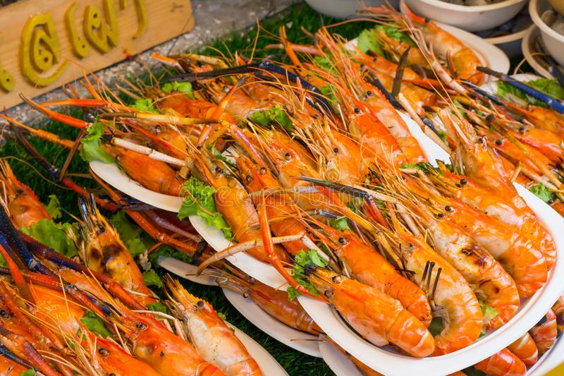 Gegrillte Garnele und Brand mit Meeresfrüchtesoßen, stockbild