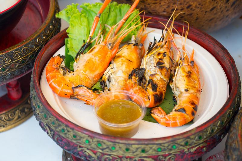 Gegrillte Garnele und Brand mit Meeresfrüchtesoßen, thailändisches Lebensmittel stockbild